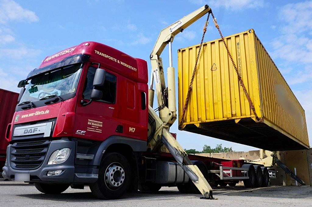 Einer unserer Seitenlader beim Verladen einen 40Fuß - Seecontainers